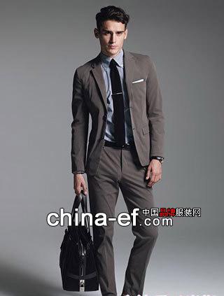 黑西装搭配什么衬衣和领带