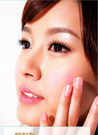 用手指蘸取适量膏状腮红,轻轻点于两颊.